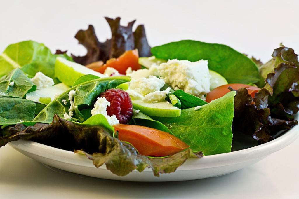Как избежать нехватки железа?  Ешьте сбалансированную, здоровую еду, богатую железом. Добавляйте витамин С в салаты для лучшего усвоения железа.  Например: салат со сладким перцем и фасолью, шпинатом в лимонном соке, или витаминизированные хлопья и ягоды.  Смешивайте растительные и животные компоненты в одном блюде.